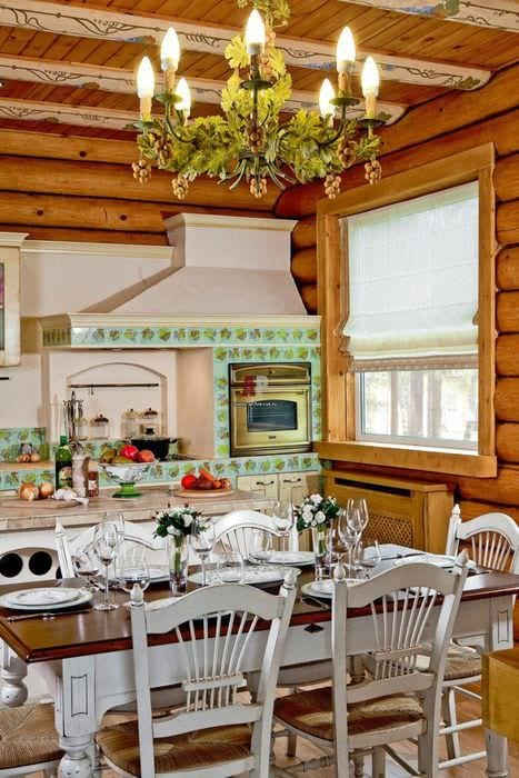 идея необычного дизайна кухни в деревянном доме