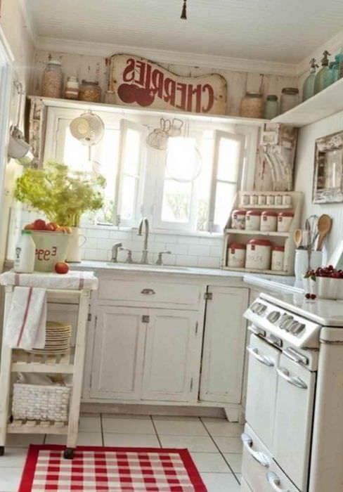 пример светлого интерьера кухни в деревенском стиле