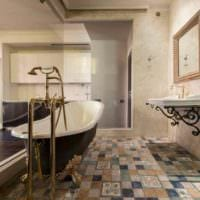 вариант светлого стиля укладки плитки в ванной комнате фото