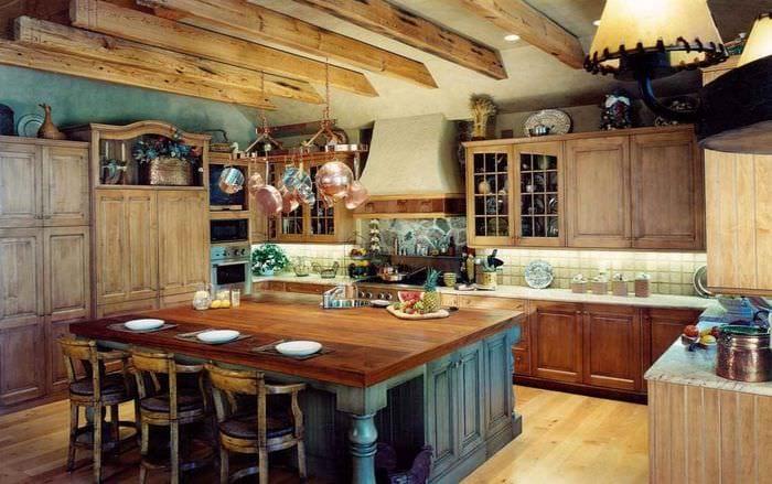 вариант необычного интерьера кухни в деревенском стиле
