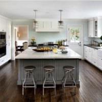 пример светлого стиля кухни в загородном доме фото