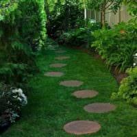 идея использования необычных садовых дорожек фото