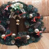 идея использования яркого стиля новогоднего венка своими руками картинка