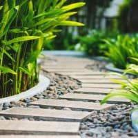 вариант применения красивых садовых дорожек в дизайне двора фото