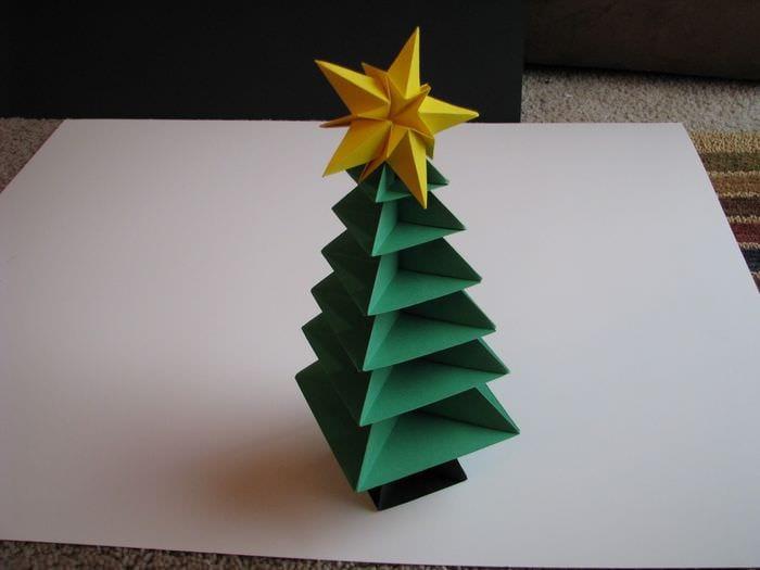 пример создания необычной елки из картона самостоятельно