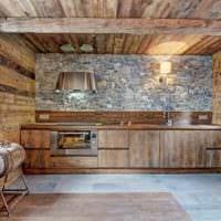 идея светлого стиля кухни в деревянном доме картинка