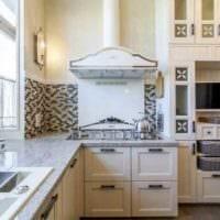 пример светлого интерьера кухни 10 кв.м. серии п 44 фото