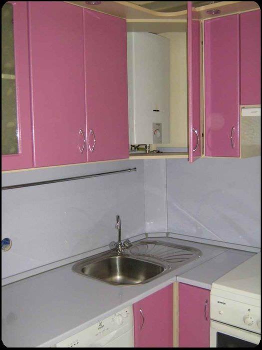 идея красивого интерьера кухни с газовой колонкой