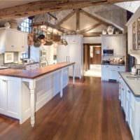 идея яркого дизайна кухни в деревенском стиле картинка
