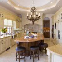 вариант светлого стиля кухни в загородном доме картинка