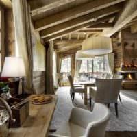 идея светлого стиля кухни в деревенском стиле фото