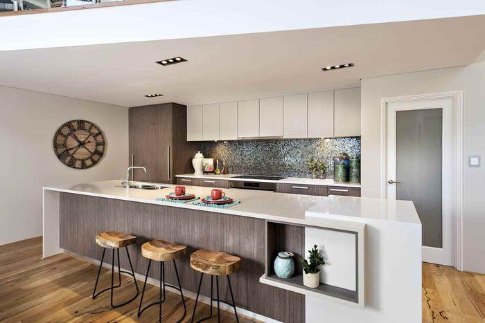 идея светлого декора кухни в загородном доме