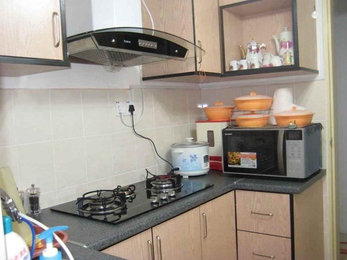 вариант яркого стиля кухни с газовой колонкой