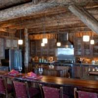 вариант яркого декора кухни в деревянном доме фото