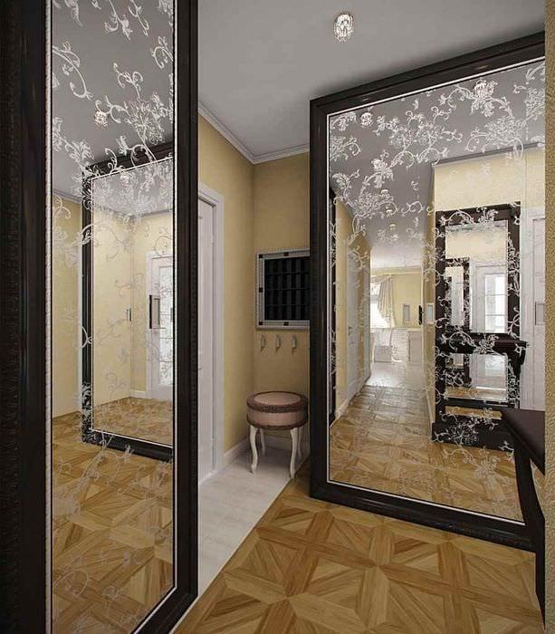вариант светлого интерьера прихожей с зеркалами