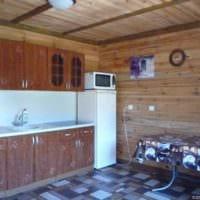 вариант красивого интерьера кухни в деревянном доме картинка