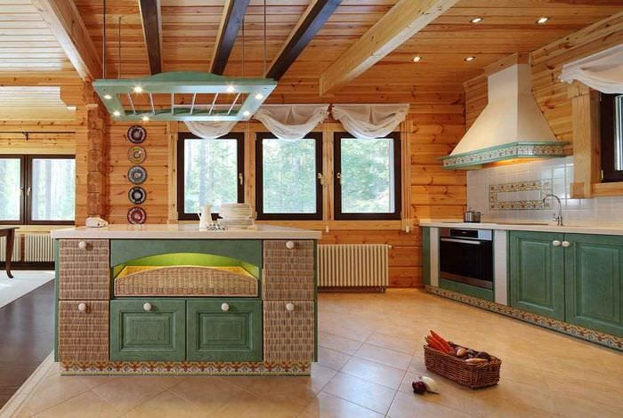 идея светлого декора кухни в деревянном доме