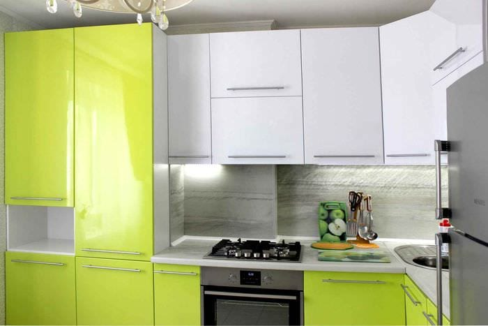 идея красивого декора кухни с газовой колонкой