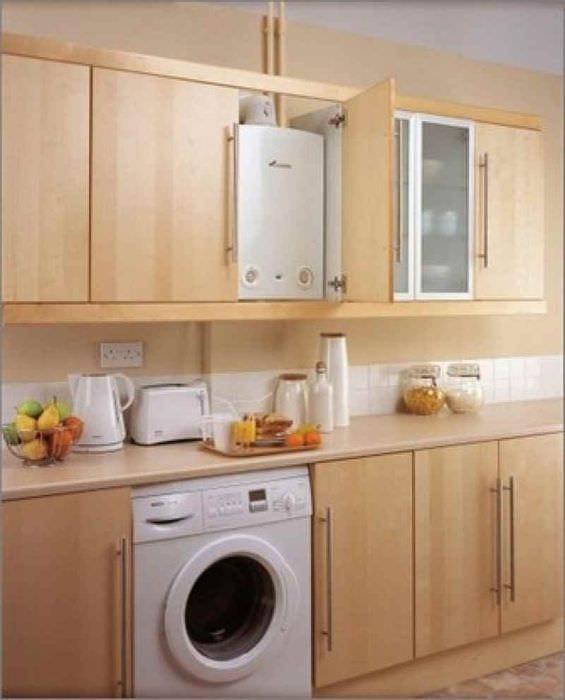 вариант яркого интерьера кухни с газовой колонкой