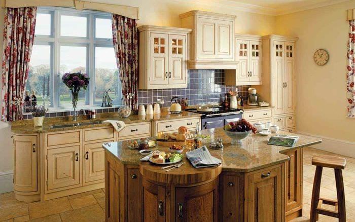 идея светлого дизайна кухни в деревенском стиле