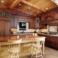 пример светлого декора кухни в деревянном доме фото