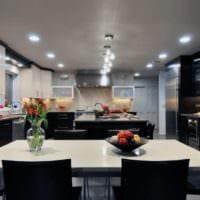 дизайн кухни с окном черно белый интерьер