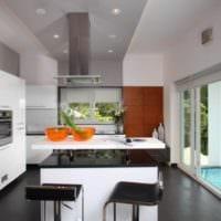 дизайн кухни с окном уютный интерьер