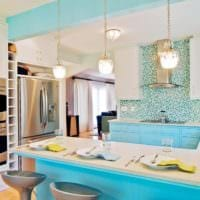 дизайн кухни с окном в голубом цвете