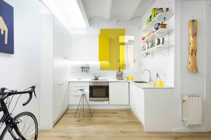 светлый ламинат на кухне