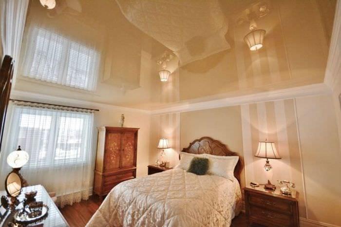 потолок натяжной в спальне