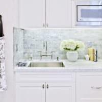 дизайн белой плитки на кухне