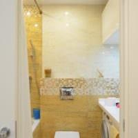 ванная с желтой плиткой