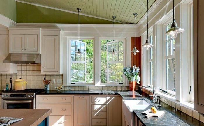 дизайн кухни с угловым окном