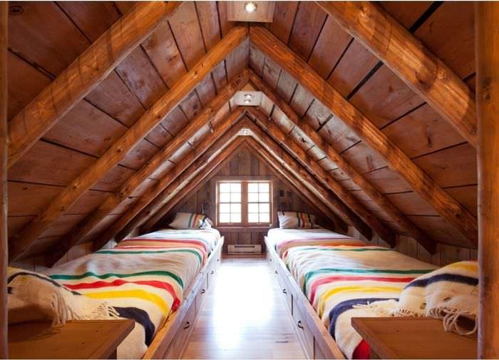 дизайн мансарды с потолочными балками
