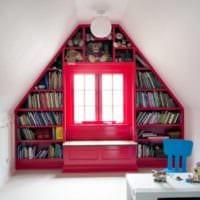 дизайн мансарды в доме библиотека