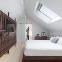 дизайн мансарды в доме спальня с окном