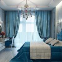 дизайн маленькой спальни голубые шторы