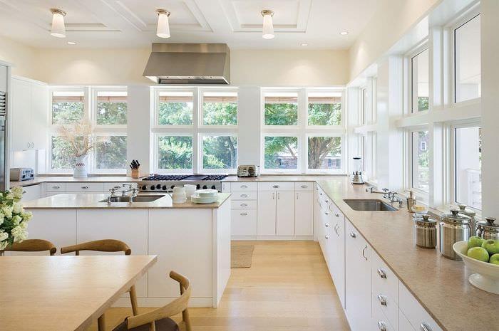 светлая кухня без верхних шкафов