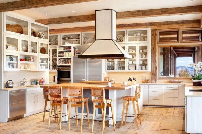 балки на кухне кантри