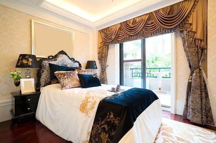 классическая спальня с яркими акцентами