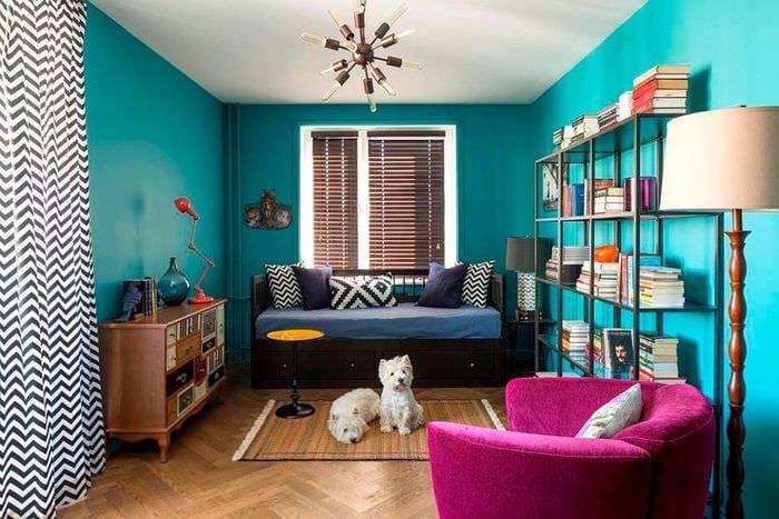 яркий дизайн прямоугольной комнаты