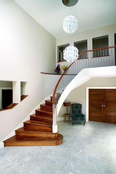 спиральная лестница в прихожей