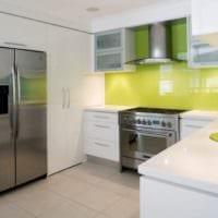 белый кухонный гарнитур с яркими акцентами