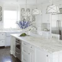 белый кухонный гарнитур в белой кухне