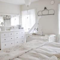 детская в спальной комнате в белых тонах