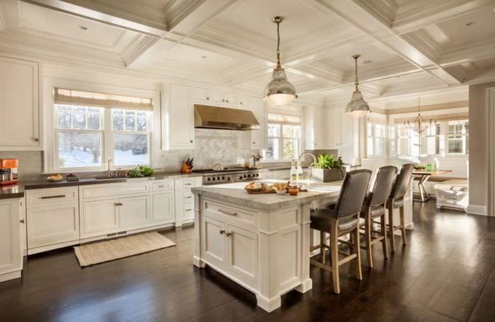 дизайн просторной светлой кухни