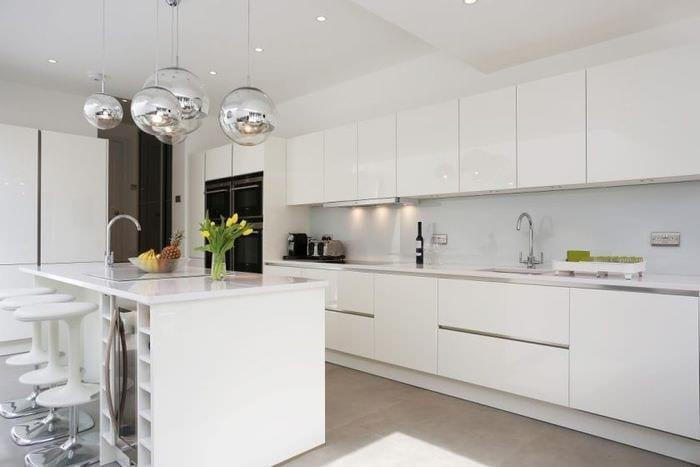 светлая кухня в стиле минимализм