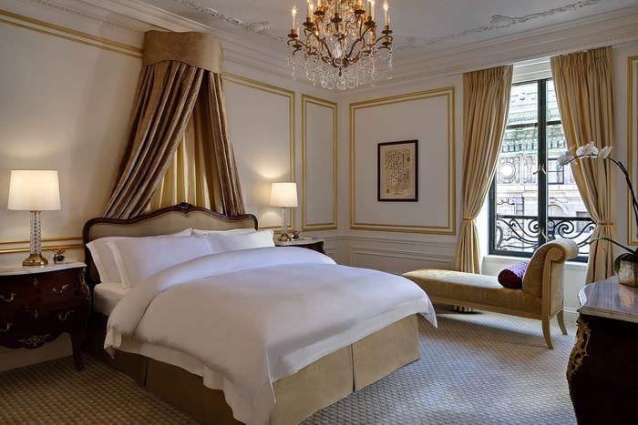 освещение в классической спальне