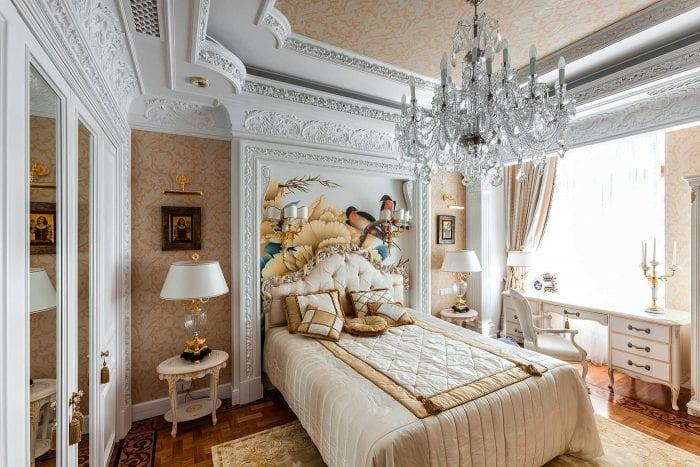 акцентная стена в классической спальне