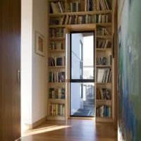книги в прихожей
